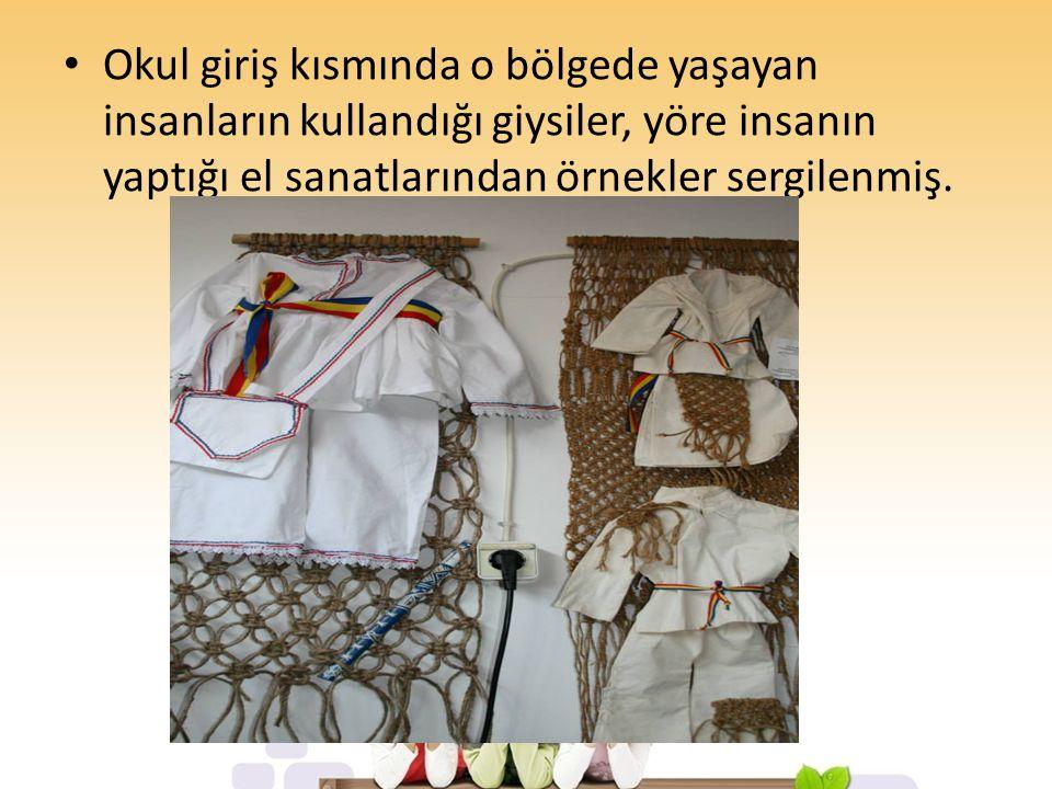 Okul giriş kısmında o bölgede yaşayan insanların kullandığı giysiler, yöre insanın yaptığı el sanatlarından örnekler sergilenmiş.