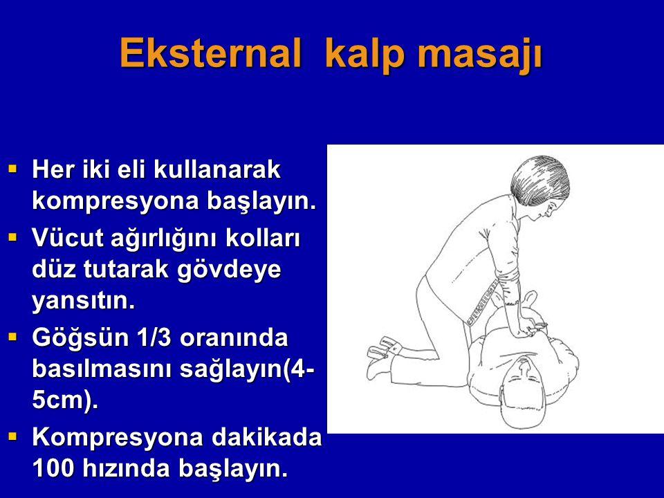 Eksternal kalp masajı  Her iki eli kullanarak kompresyona başlayın.  Vücut ağırlığını kolları düz tutarak gövdeye yansıtın.  Göğsün 1/3 oranında ba