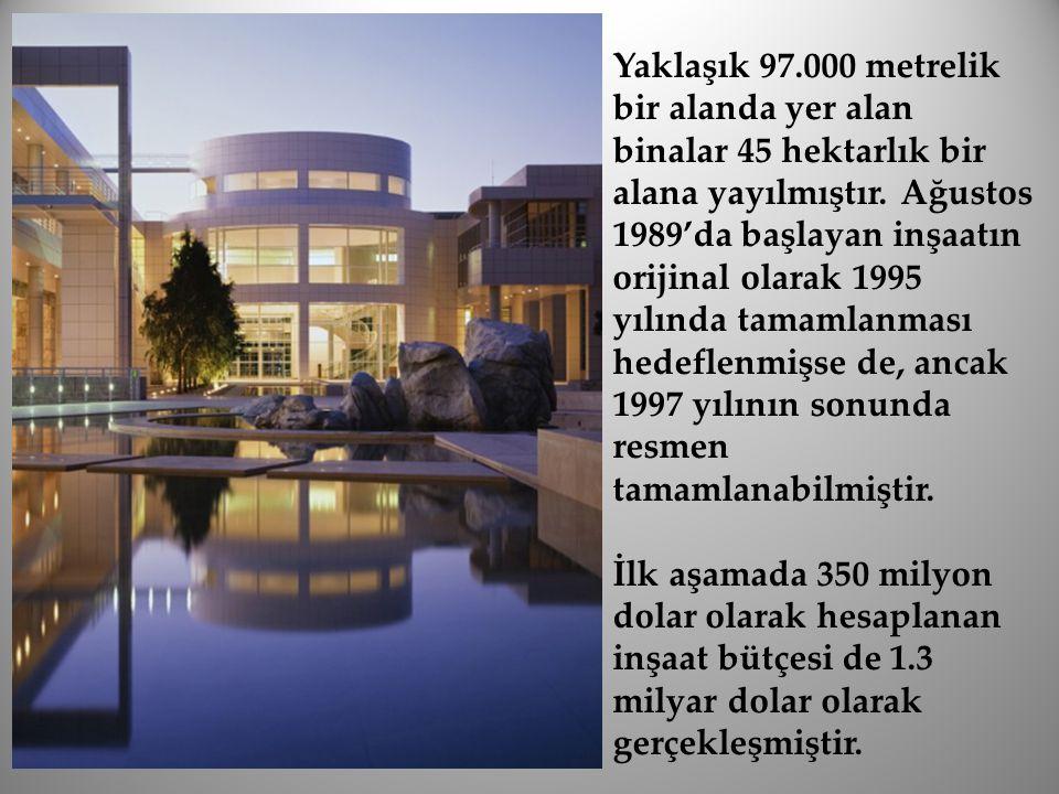 Yaklaşık 97.000 metrelik bir alanda yer alan binalar 45 hektarlık bir alana yayılmıştır. Ağustos 1989'da başlayan inşaatın orijinal olarak 1995 yılınd