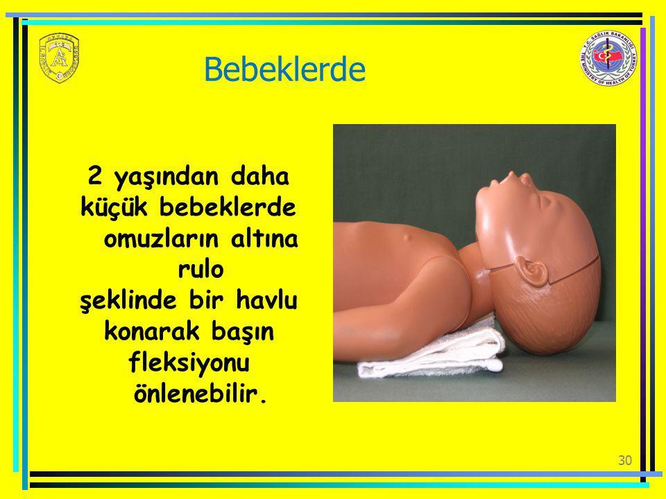 30 Bebeklerde 2 yaşından daha küçük bebeklerde omuzların altına rulo şeklinde bir havlu konarak başın fleksiyonu önlenebilir.