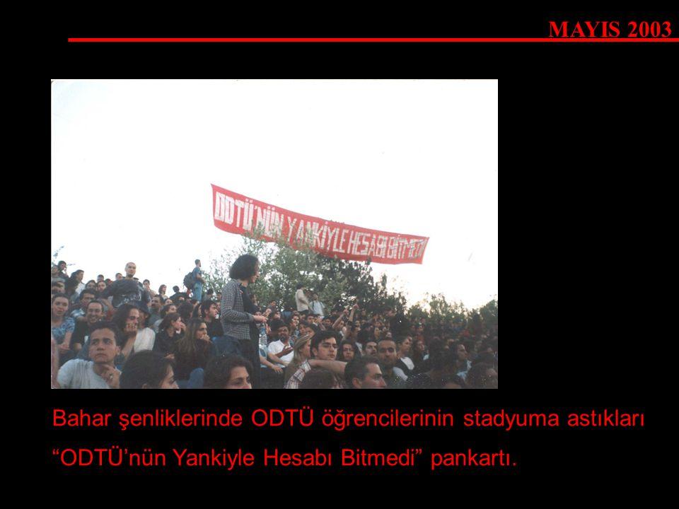 """MAYIS 2003 Bahar şenliklerinde ODTÜ öğrencilerinin stadyuma astıkları """"ODTÜ'nün Yankiyle Hesabı Bitmedi"""" pankartı."""