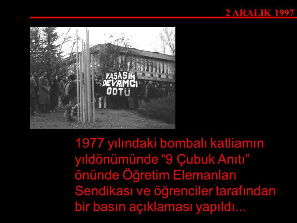 """2 ARALIK 1997 1977 yılındaki bombalı katliamın yıldönümünde """"9 Çubuk Anıtı"""" önünde Öğretim Elemanları Sendikası ve öğrenciler tarafından bir basın açı"""