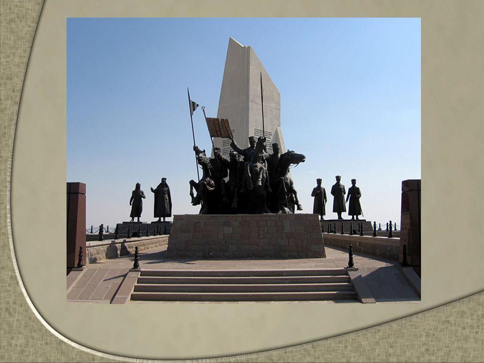 Mustafa Kemal Paşa'nın şahlanan atı üzerinde ne kadar mutlu olduğu kendisi önde millet ve ordu arkasında bir şekilde kesin zafer için gidişini temsil ettiği öğrencilere söylenir.