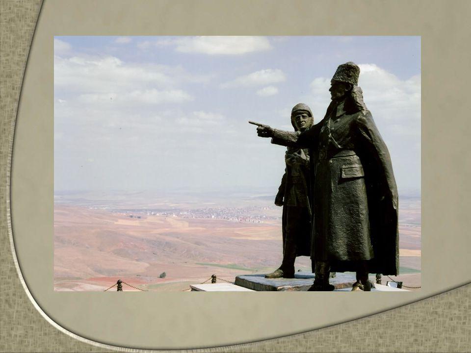 Öğretmen: -Çocuklar bu heykelimiz ise Halide Edip Adıvar heykelidir.