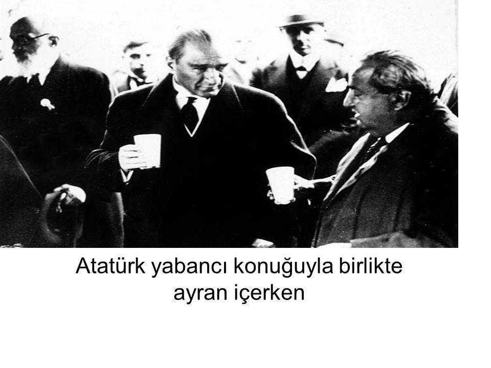Atatürk yabancı konuğuyla birlikte ayran içerken