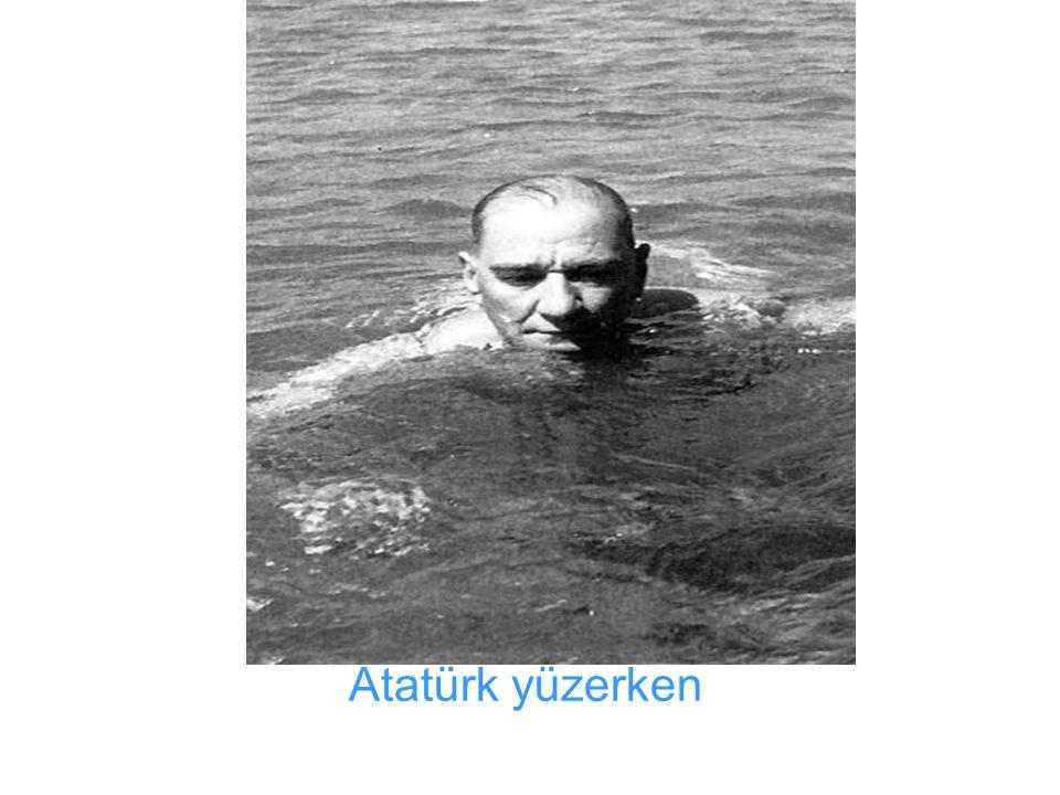 Atatürk yüzerken
