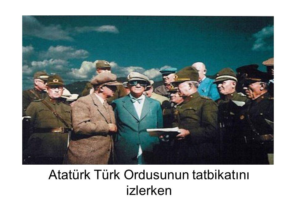 Atatürk Türk Ordusunun tatbikatını izlerken