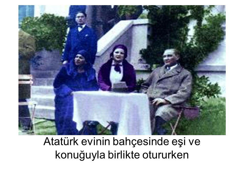 Atatürk evinin bahçesinde eşi ve konuğuyla birlikte otururken