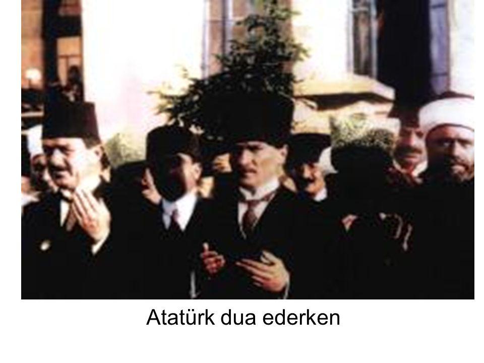Atatürk dua ederken