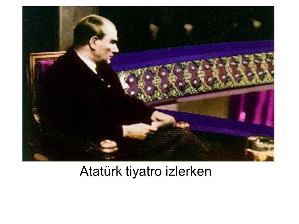 Atatürk tiyatro izlerken