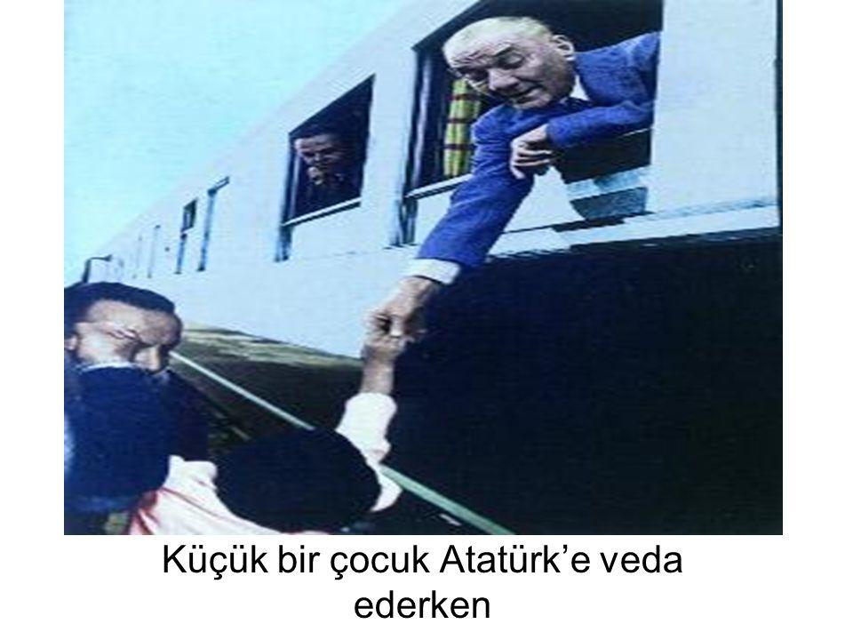 Küçük bir çocuk Atatürk'e veda ederken