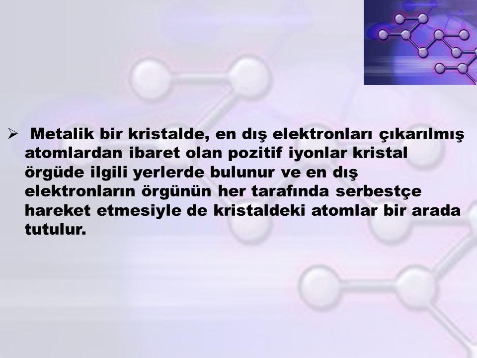  Metalik bir kristalde, en dış elektronları çıkarılmış atomlardan ibaret olan pozitif iyonlar kristal örgüde ilgili yerlerde bulunur ve en dış elektr