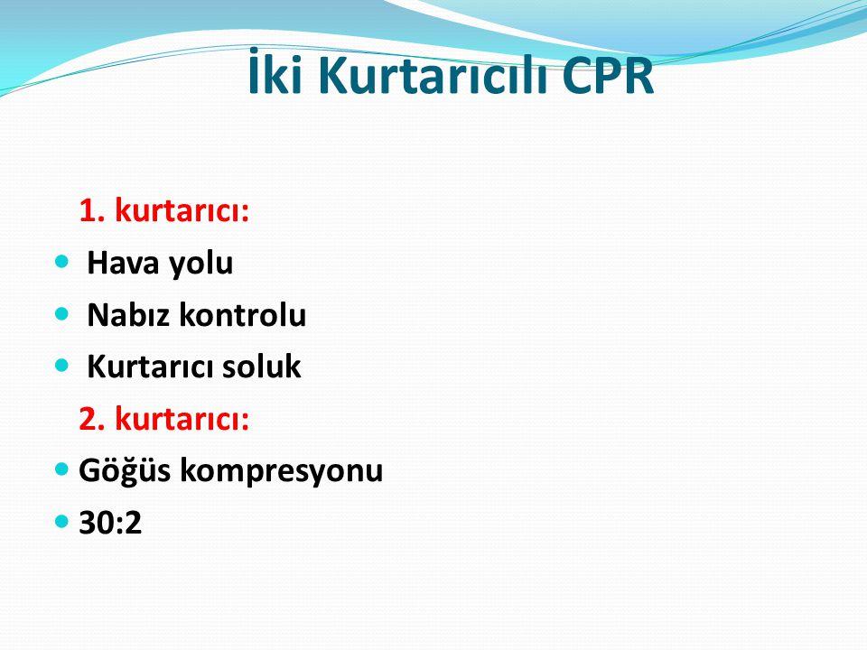 İki Kurtarıcılı CPR 1. kurtarıcı: Hava yolu Nabız kontrolu Kurtarıcı soluk 2. kurtarıcı: Göğüs kompresyonu 30:2