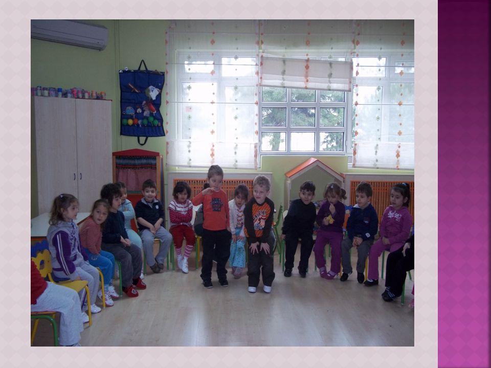 Çocukların olumlu benlik geliştirmelerini desteklemeli ve özgüvenlerini geliştirmelidir.