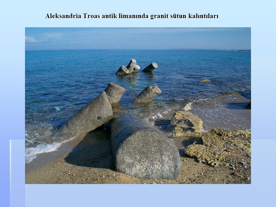 Aleksandria Troas antik limanında granit sütun kalıntıları Aleksandria Troas antik limanında granit sütun kalıntıları