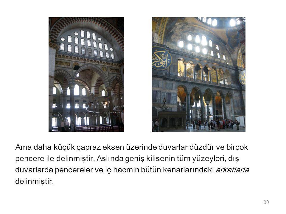 Ama daha küçük çapraz eksen üzerinde duvarlar düzdür ve birçok pencere ile delinmiştir. Aslında geniş kilisenin tüm yüzeyleri, dış duvarlarda pencerel