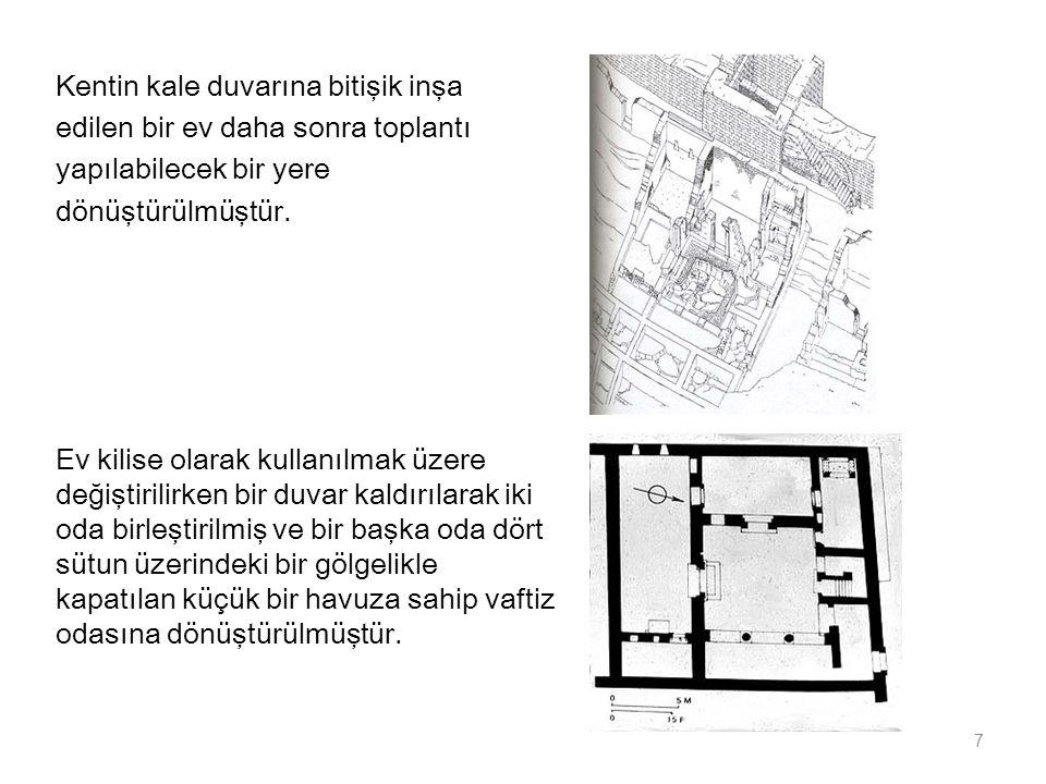 Kentin kale duvarına bitişik inşa edilen bir ev daha sonra toplantı yapılabilecek bir yere dönüştürülmüştür. 7 Ev kilise olarak kullanılmak üzere deği