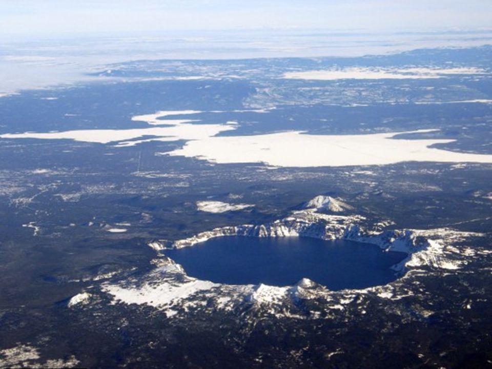 Maviliği yillarca insanlari kendisine hayran bırakmış olan bu güzel krater gölü 5 mil genişliğinde ve çevresi dik yamaçlarla çevrilidir.