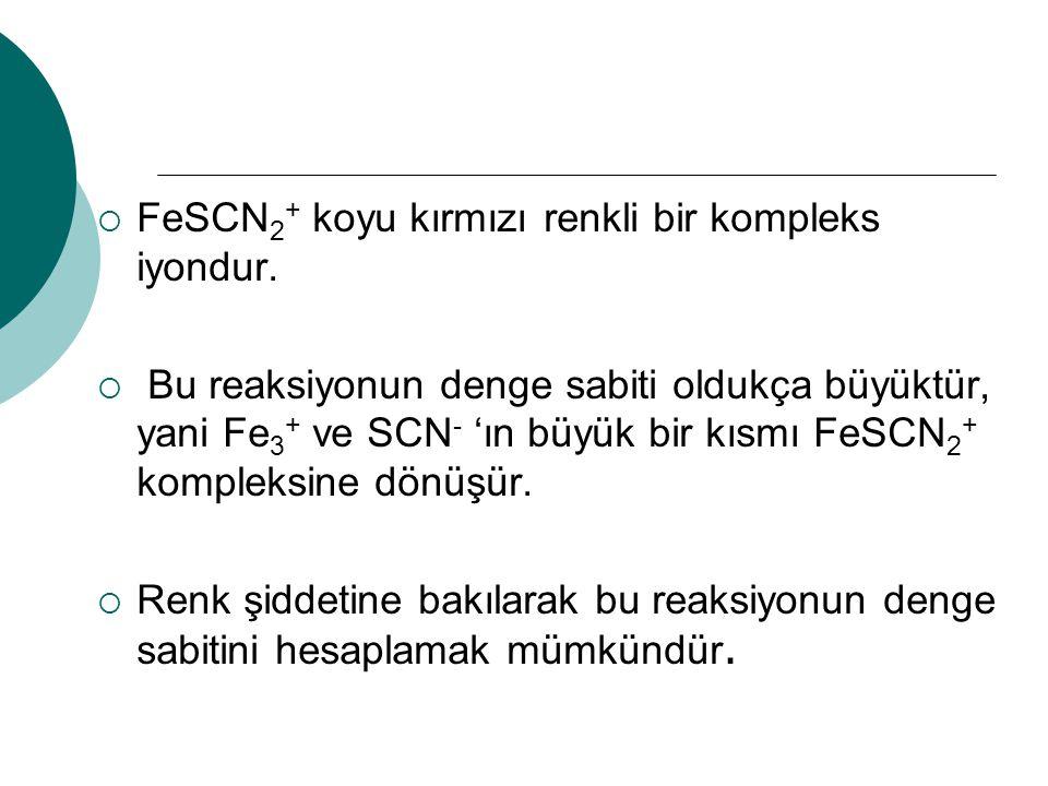  FeSCN 2 + koyu kırmızı renkli bir kompleks iyondur.  Bu reaksiyonun denge sabiti oldukça büyüktür, yani Fe 3 + ve SCN - 'ın büyük bir kısmı FeSCN 2