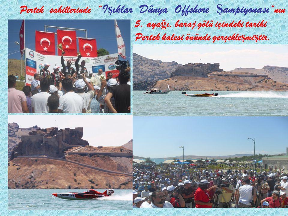 """Pertek sahillerinde """" I ş ıklar Dünya Offshore Ş ampiyonası """"nın 5. aya ğ ı, baraj gölü içindeki tarihi Pertek kalesi önünde gerçekle ş mi ş tir."""