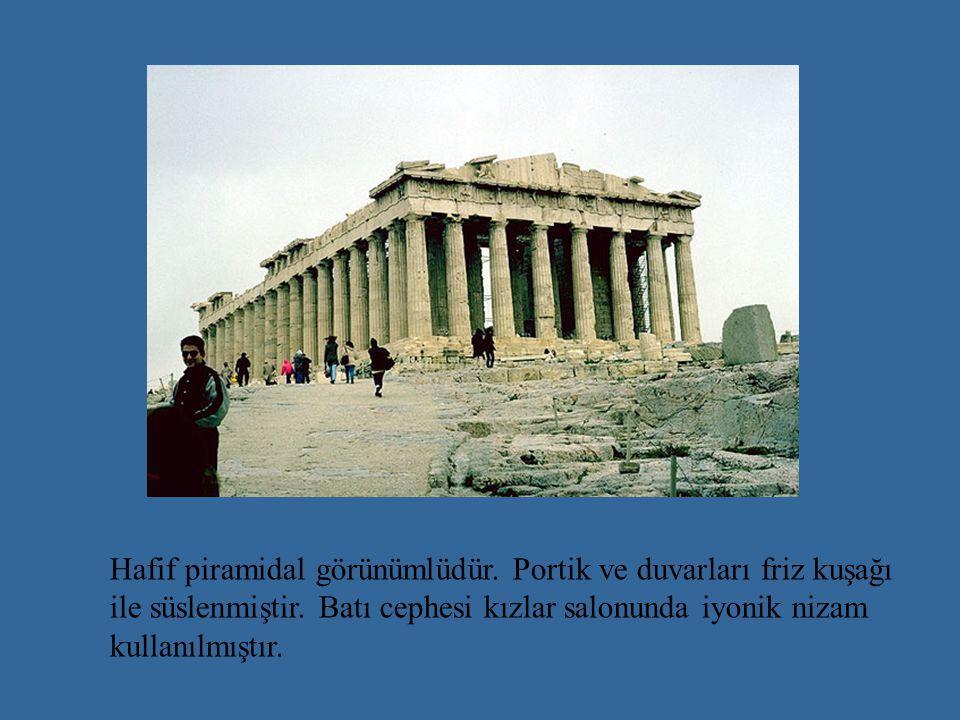 Hafif piramidal görünümlüdür.Portik ve duvarları friz kuşağı ile süslenmiştir.