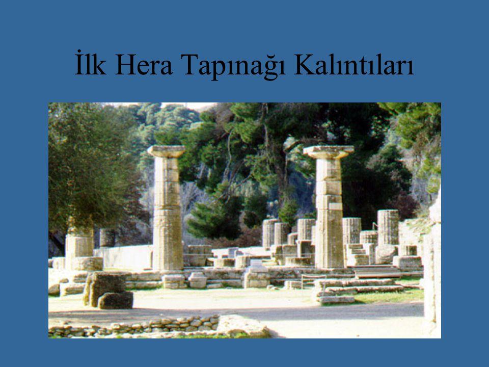 Doğu ve Karyatidler Revakı Arkadaki Karyatidler revakında 2.50 m.