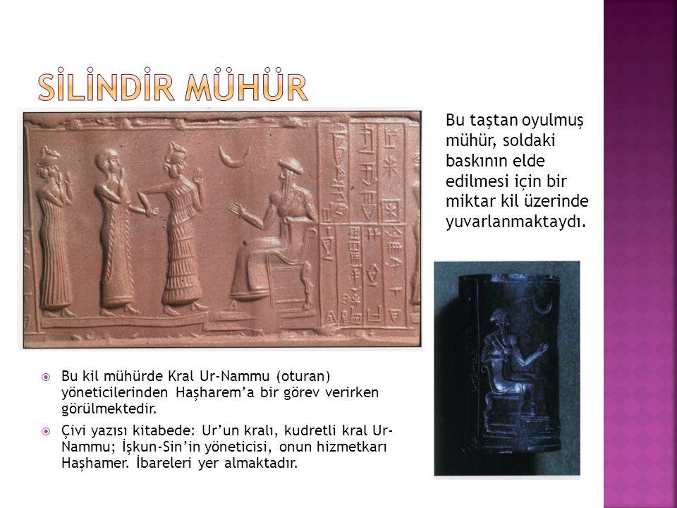  Bu kil mühürde Kral Ur-Nammu (oturan) yöneticilerinden Haşharem'a bir görev verirken görülmektedir.  Çivi yazısı kitabede: Ur'un kralı, kudretli kr