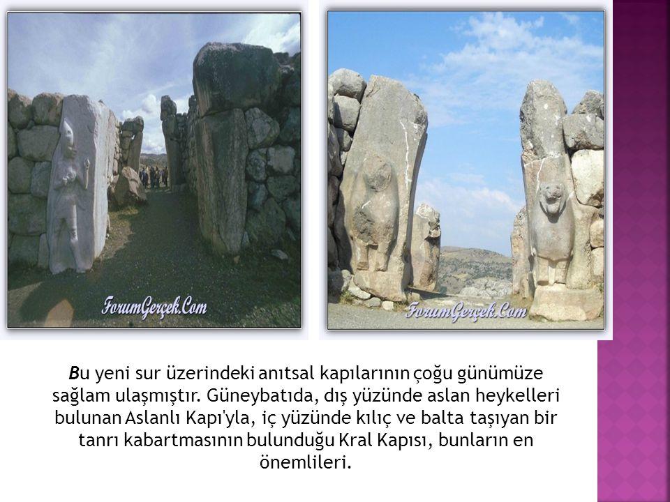 Bu yeni sur üzerindeki anıtsal kapılarının çoğu günümüze sağlam ulaşmıştır. Güneybatıda, dış yüzünde aslan heykelleri bulunan Aslanlı Kapı'yla, iç yüz