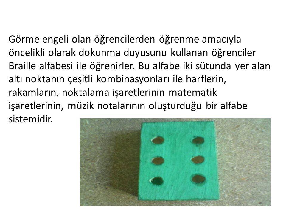Görme engeli olan öğrencilerden öğrenme amacıyla öncelikli olarak dokunma duyusunu kullanan öğrenciler Braille alfabesi ile öğrenirler. Bu alfabe iki