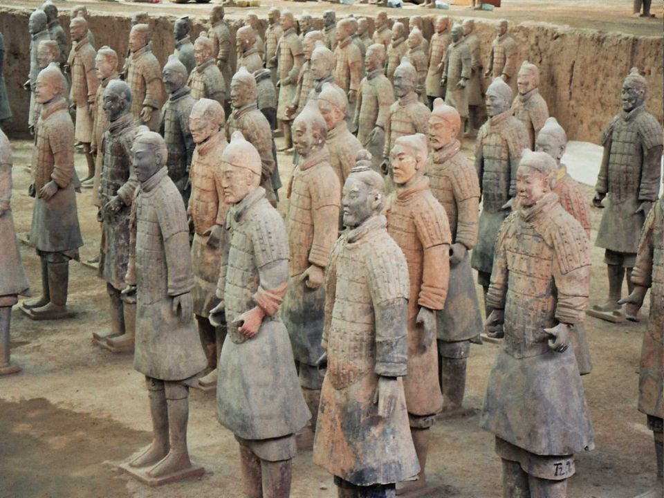 Müzede sergilenen asker ve at heykelleri toplam 3 dev çukurda bulunmaktadır.