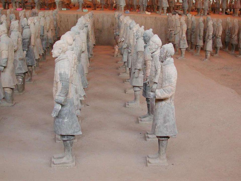 O zamanlar imparatorlar kendileri için lüks mezarlar hazırladıklarından, Qing Shi huang da daha 13 yaşındayken, tahta çıkar çıkmaz hemen mezarını hazırlamaya başladı.