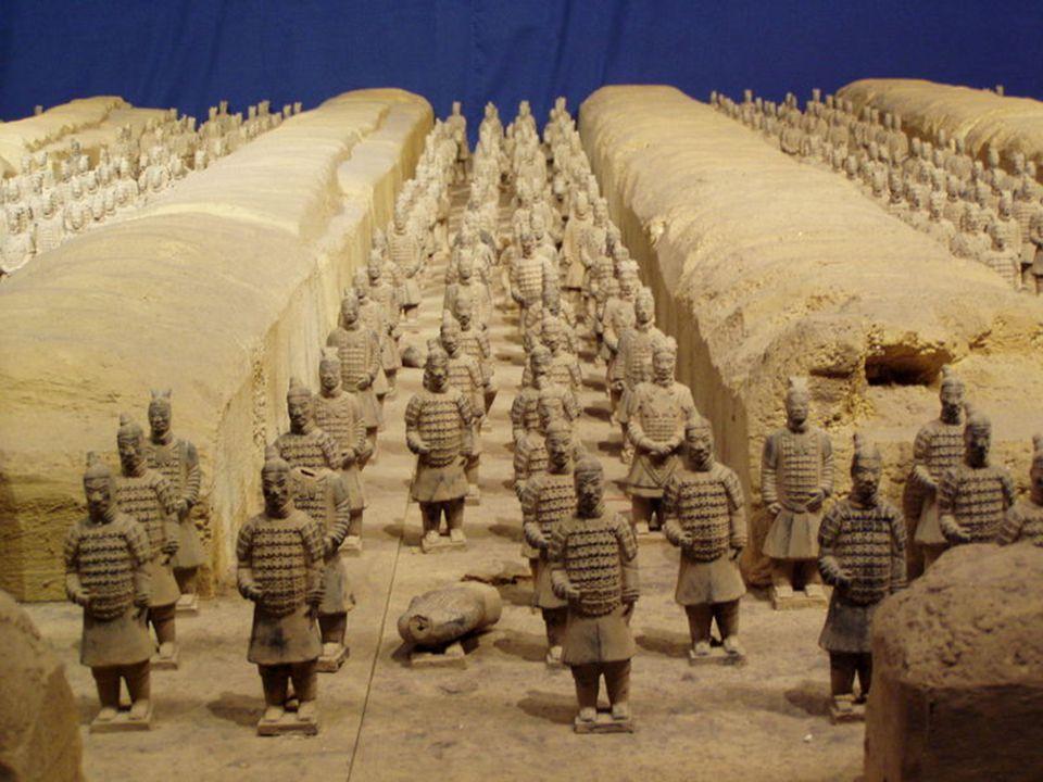 Mezar hem dev bir imparator sarayı gibi, hem de bir savunma kenti gibi görünmektedir.