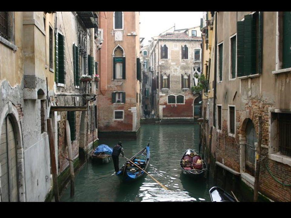 Günümüz Venedik yerleşiminin çekirdeğini Rialto bölgesi oluşturur. Planlanan kanalların inşaatı sırasında çıkan toprak,adacıkların güçlendirilmesinde
