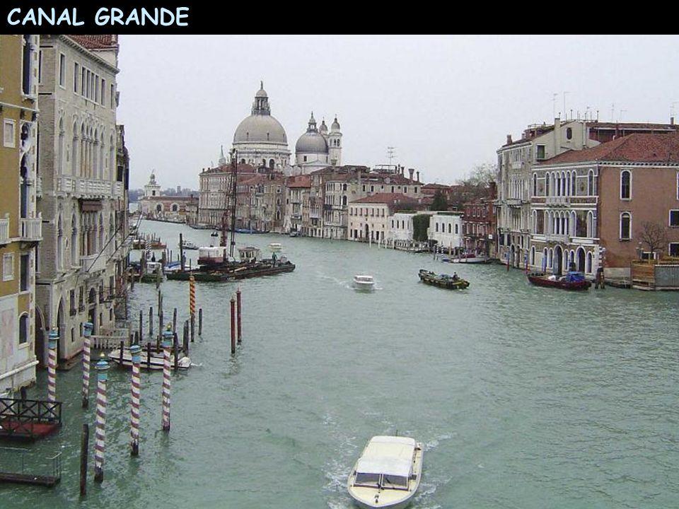 Ünlü Büyük Kanal (=Canalazzo) çevresinde sivil ve resmi binalar yer alır. Büyük Kanal ters bir S harfi şeklindedir. Uzunluğu 3800m, Derinliği 5 ile 5.