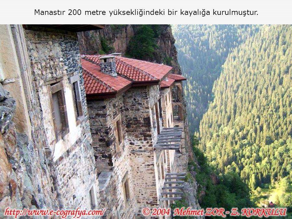 Manastır 200 metre yüksekliğindeki bir kayalığa kurulmuştur.
