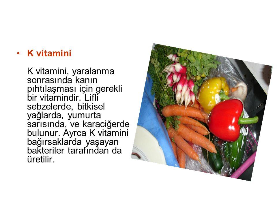 K vitamini K vitamini, yaralanma sonrasında kanın pıhtılaşması için gerekli bir vitamindir. Lifli sebzelerde, bitkisel yağlarda, yumurta sarısında, ve