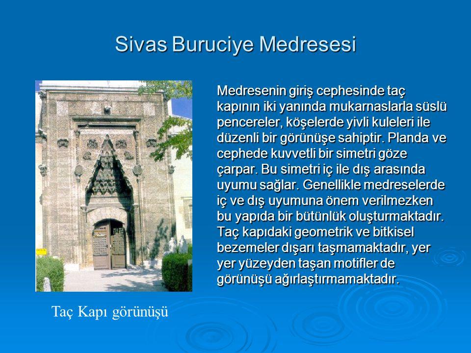 Sivas Buruciye Medresesi Medresenin giriş cephesinde taç kapının iki yanında mukarnaslarla süslü pencereler, köşelerde yivli kuleleri ile düzenli bir görünüşe sahiptir.