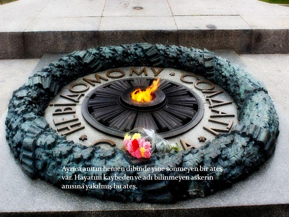 Ayrıca anıtın hemen dibinde yine sönmeyen bir ateş var.
