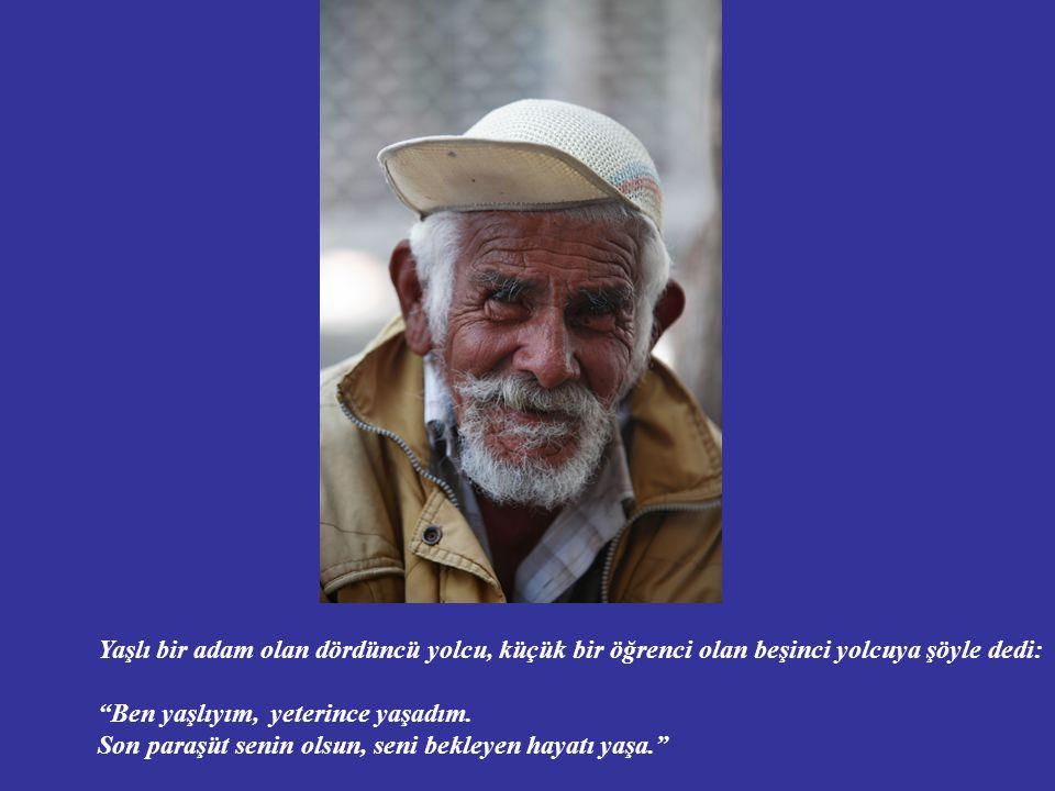 Yaşlı bir adam olan dördüncü yolcu, küçük bir öğrenci olan beşinci yolcuya şöyle dedi: Ben yaşlıyım, yeterince yaşadım.