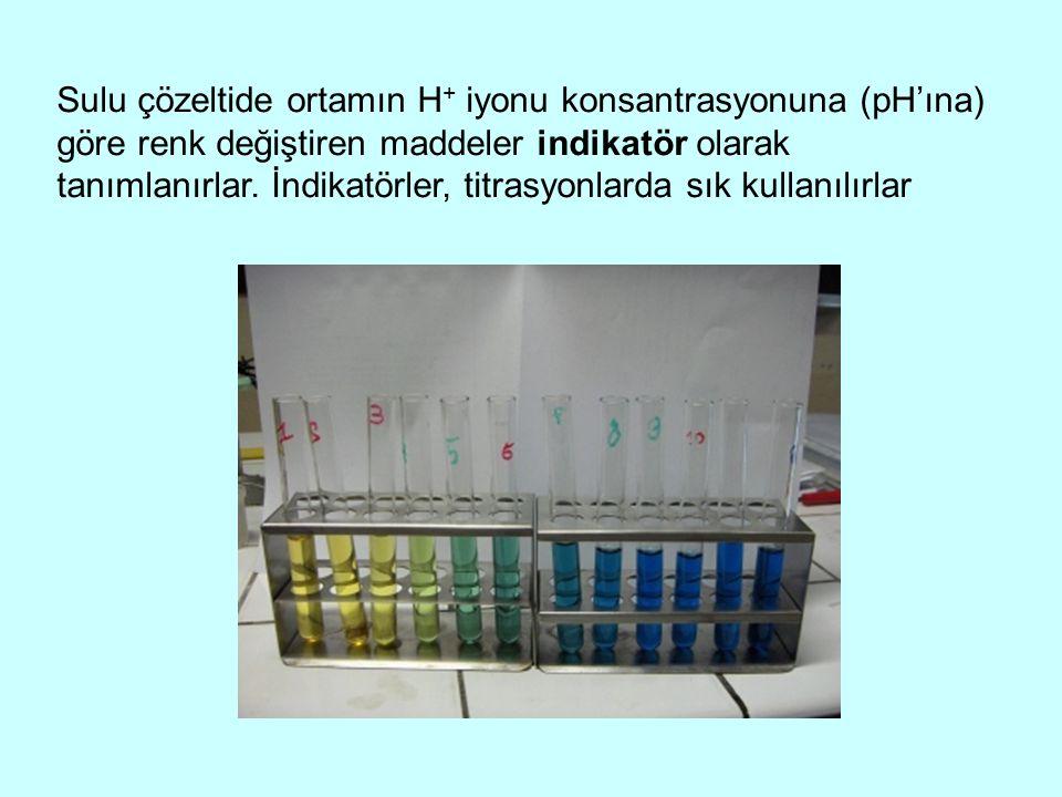 Sulu çözeltide ortamın H + iyonu konsantrasyonuna (pH'ına) göre renk değiştiren maddeler indikatör olarak tanımlanırlar. İndikatörler, titrasyonlarda