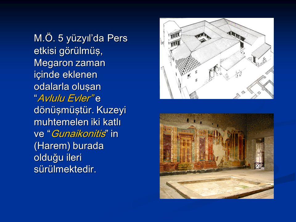 """M.Ö. 5 yüzyıl'da Pers etkisi görülmüş, Megaron zaman içinde eklenen odalarla oluşan """"Avlulu Evler"""" e dönüşmüştür. Kuzeyi muhtemelen iki katlı ve """"Guna"""