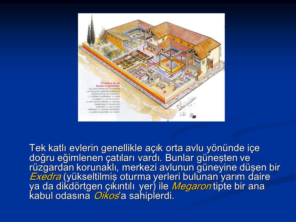 Tek katlı evlerin genellikle açık orta avlu yönünde içe doğru eğimlenen çatıları vardı.