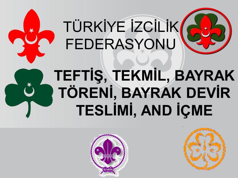 Bayrağı teslim eden ŞEREFİYLE KORUDUĞUM BAYRAĞIMIZI TESLİM EDİYORUM (Bayrağı öper ve göğüs hizasında uzatır)