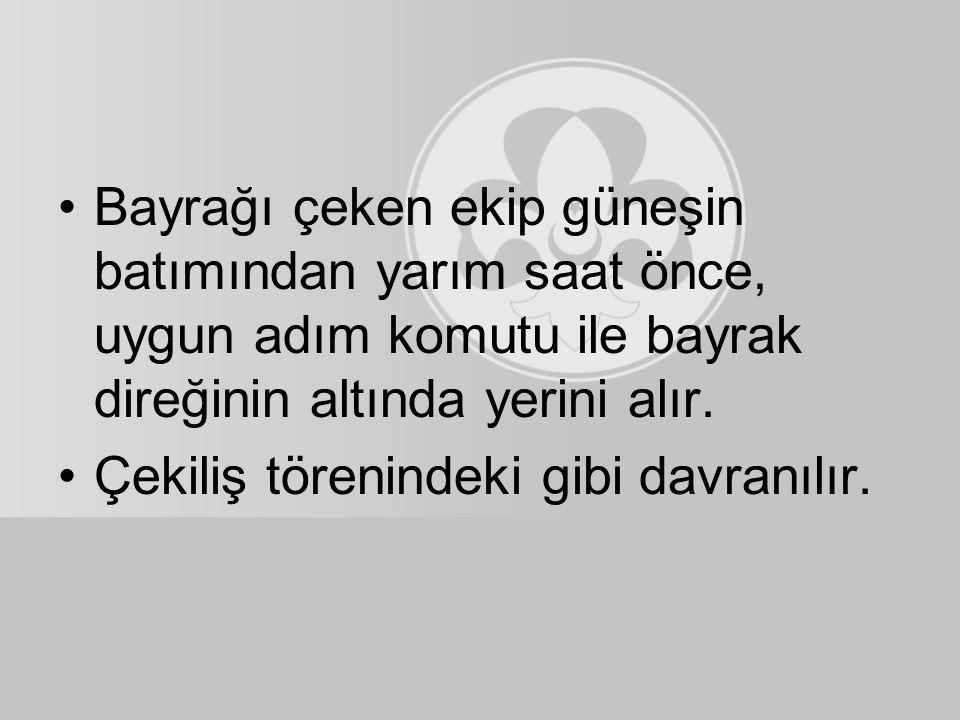 Türk Bayrağı asla üçgen katlanmaz. Dört köşeli katlanması ve beyaz rengin görünmemesi gerekmektedir. İzcilik faaliyetlerinde indirilip çekilen bayrağı