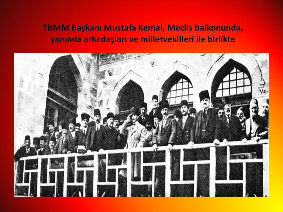 TBMM Başkanı Mustafa Kemal, Meclis balkonunda, yanında arkadaşları ve milletvekilleri ile birlikte