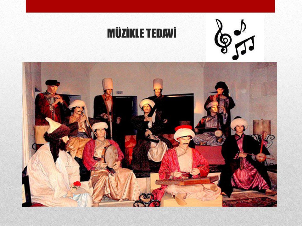 MÜZİKLE TEDAVİ Musiki ile hasta tedavisi denilen ve dönemin darüşşifasına özgü yöntemle 10 kişiden oluşan musiki topluluğu, akustiği çok hassas olan k