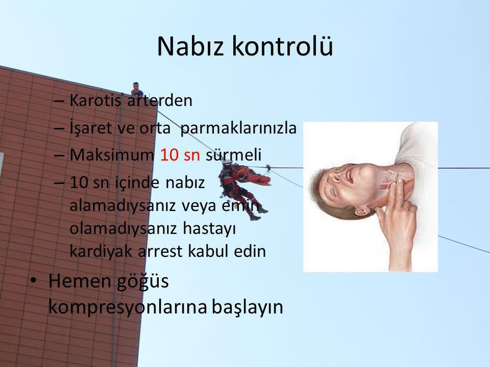 Nabız kontrolü – Karotis arterden – İşaret ve orta parmaklarınızla – Maksimum 10 sn sürmeli – 10 sn içinde nabız alamadıysanız veya emin olamadıysanız hastayı kardiyak arrest kabul edin Hemen göğüs kompresyonlarına başlayın