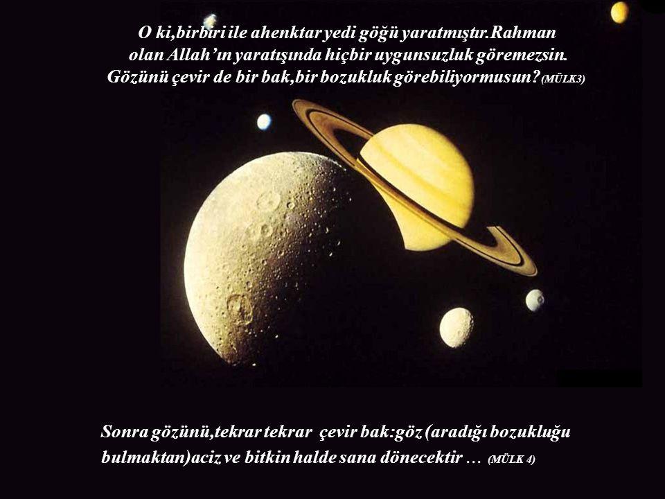 O ki,birbiri ile ahenktar yedi göğü yaratmıştır.Rahman olan Allah'ın yaratışında hiçbir uygunsuzluk göremezsin. Sonra gözünü,tekrar tekrar çevir bak:g