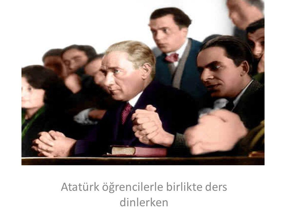 Atatürk öğrencilerle birlikte ders dinlerken