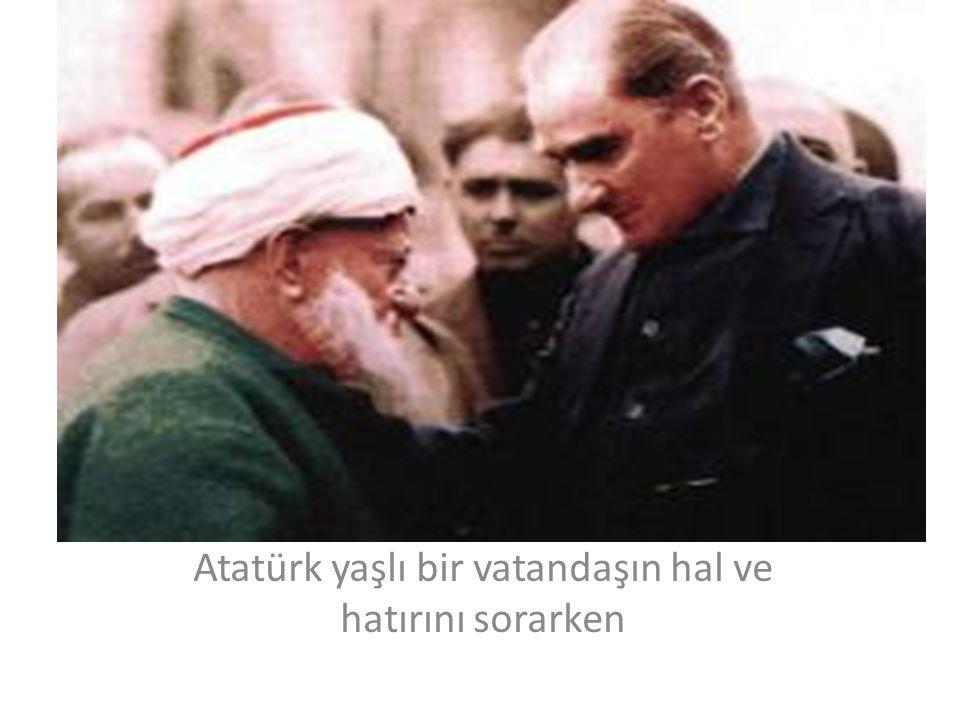 Atatürk yaşlı bir vatandaşın hal ve hatırını sorarken